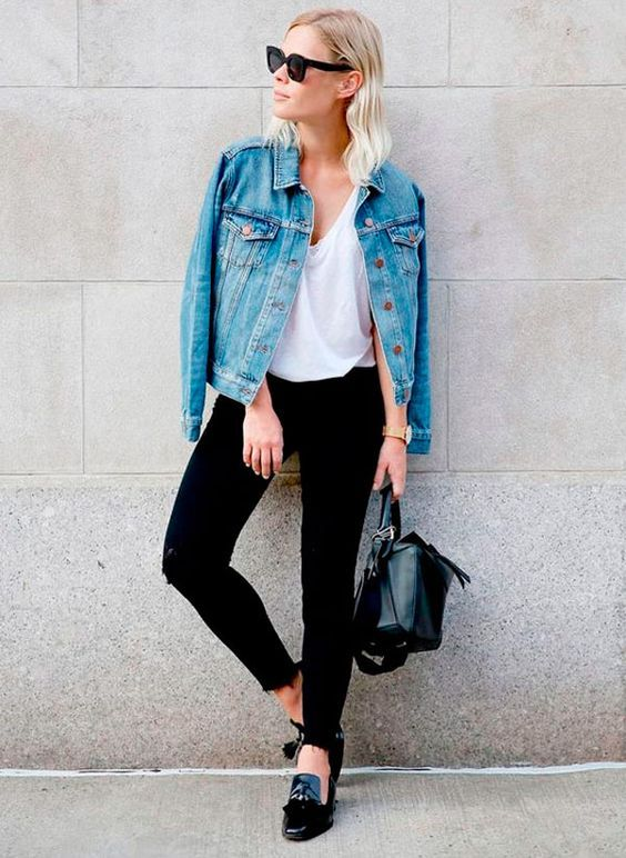 como usar jaqueta jeans no trabalho look basico. look trabalho. look minimalista. como usar peças basicas. como montar looks estilosos. calça preta e camiseta branca. jaqueta jeans sob os ombros.