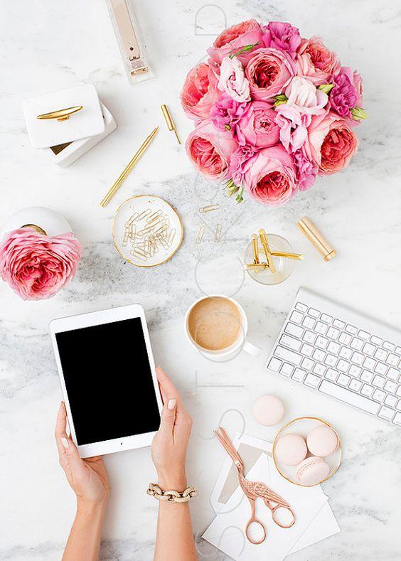 Fotografia estilizada. #pink #rosa #feminina #feminine #coffee #café #macaroons #keyboard #tablet #work #flatlay #styled #stock #photo #fotografia #instagram #inspiration
