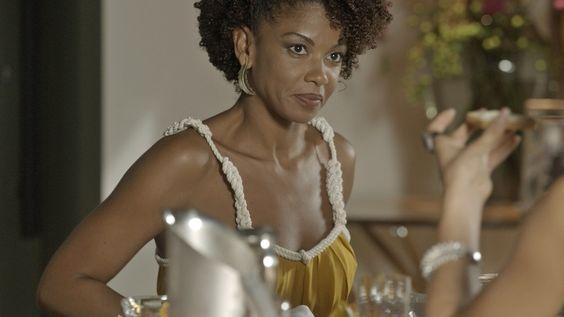 """""""Laura (Heloísa Jorge) é uma mulher moderna que nunca esquece as suas raízes, usando cores terrosas que têm tudo a ver com o verão. Os acessórios são também um forte nessa estação"""" – Gogoia Sampaio, Figurinista de 'A Lei do Amor'"""