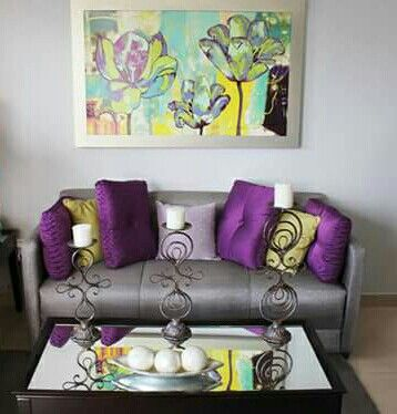 Sala sill n gris tonos morado plata moderno idea de for Adornos para decorar muebles