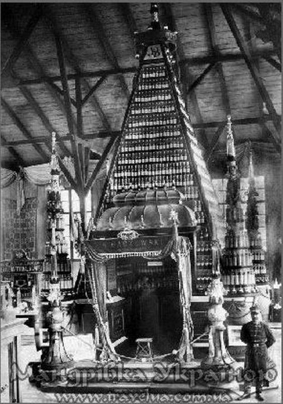 Продукція Бачевського, розташована у вигляді ефектної піраміди з фігурних фірмових пляшок на Загальній Крайовій виставці, фото, 1894 рік.