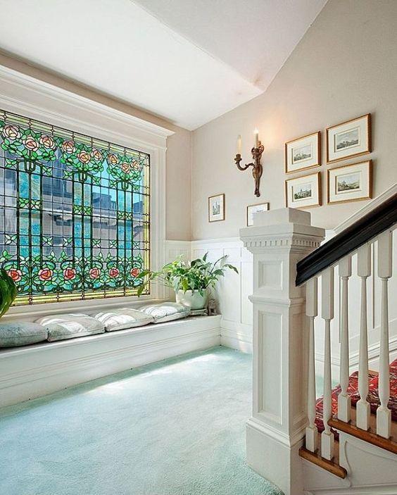 Farbglas-Fenster setzt Highlights im Flur-florale Verzierungen