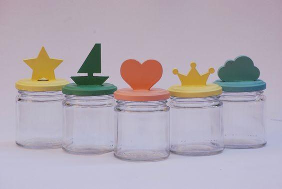 Frasco con formasvariadas en colores pastel: estrella, corona, barco…