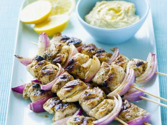 Hähnchen-Zwiebel-Spieße mit Zitronen-Dip - Kräftig gewürztes Geflügel und frisch-säuerlicher Dip bilden einen gelungenen Kontrast. |