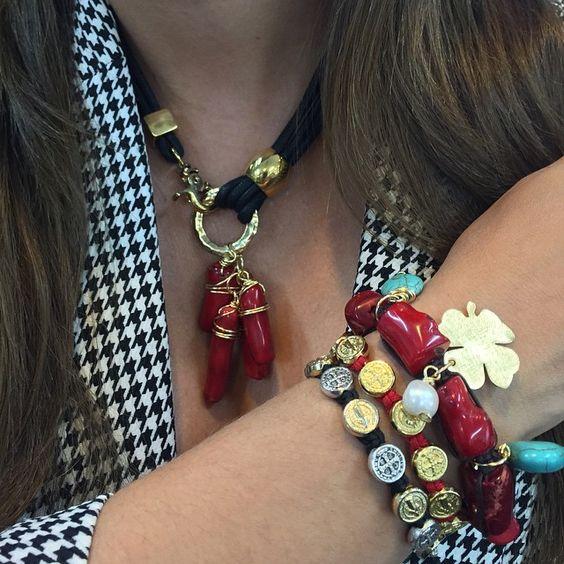 """Uno de outfit favoritos """"houndstooth pattern"""" y que siempre vuelve. Lo llevo hoy con mi lindo collar en cordón encerado con corales naturales, pulsera en corales, turquesas, trébol calado a mano y el toque de la hermosa perla cultivada con herrajes en oro de 24k. Y por supuesto mis #MySaintMyHero no podían faltar! ❤️ photo by: @nathalieac28 #divinasymas #beautifulaccesories #blackandwhite #lovemyoutfit #houndstoothpattern #trendy #fashiongirl #divinalover #happythursday #handmadewithlove…"""