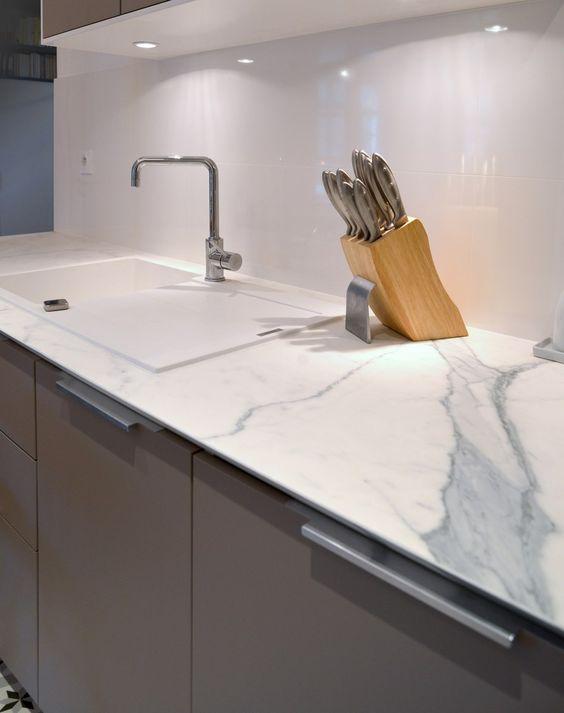 Plan de travail céramique effet marbre - Rénovation d'un appartement Art Déco dans un style nordique - Agence Avous - Architecture Intérieure - Paris