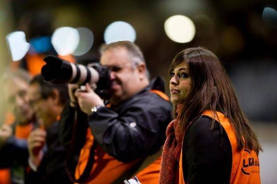 Zagueiro da seleção fura concentração e flerta com jornalista que foi xavecada até por Messi - Fotos - R7 Copa do Mundo 2014