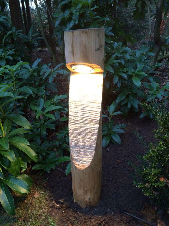 Tuinverlichting van kastanjehout gemaakt.