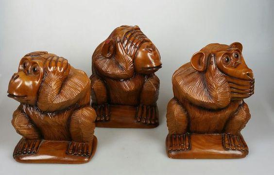"""Três linda esculpidas figuras de macaco de madeira. """"Não vejo nenhum mal, não ouvir o mal, não falo"""" bom pedaço de arte popular. Altura, respectivamente. 17, 18 e 17 cm. Em bom estado, tudo """"não vejo nenhum mal"""" tem um chip em seu ouvido (ver foto), um dente no nariz e um crack para baixo suas costas de madeira."""