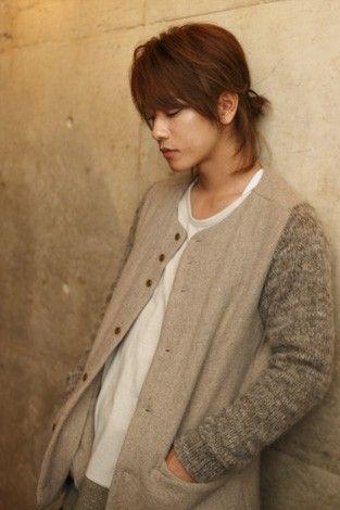 重め前髪ライトブラウンカラースタイルの佐藤健の髪型