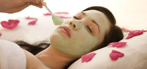 Pore-Cleaning Oatmeal Mask  Nodig: - het eiwit van 1 ei - een eetlepel havermout - een eetlepel citroensap  Doe het eiwit in een schaaltje en klop het op totdat het schuimt. Voeg de havermout en het citroensap toe en meng het. Breng een dun laagje aan op je gezicht en decolleté. Ga 15 – 20 minuten liggen. Spoel je gezicht en decolleté eerst af met warm water en dan met koud water  Havermout zorgt ervoor dat je je huid licht scrubt en het citroensap zorgt ervoor dat je poriën schoon worden.