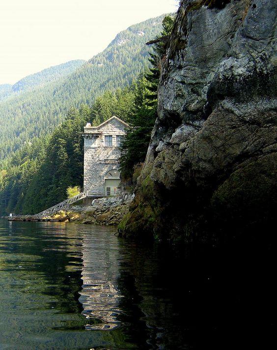 Lugares Esquecidos: Estação de Energia no Lago Buntzen - Vancouver