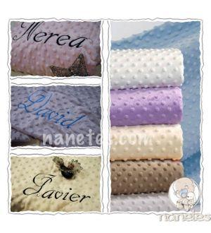 Una mantita, para todo el año, incluso cuando crecen sigues usándola.  Más especial todavía si bordamos su nombre en ella... en nanetes.com
