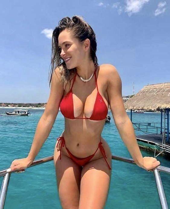tjejer i bikini på stranden
