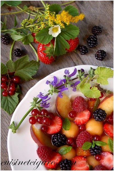 Salade de Fruits d'Eté au Thé vert à la Menthe --- Base = Tous les fruits qu'on aime : Fraises, framboises, mûres, groseilles, melon, pêches, abricots… Sous toutes les formes qu'on veut : Entiers, coupés en tranches, taillés en billes, en dés, en cubes…