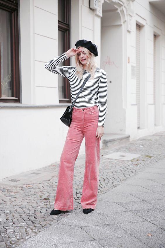 Cord ist gerade überall, besonders in der Farbe Rosa. Doch wie kombiniert man den Trend am besten?