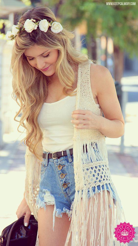 """Um modelo de short cintura alta com uma ótima blusa branca simples e um """"kimono"""":"""
