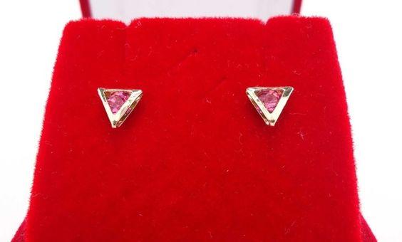 Brinco Folheado a ouro com cristal rosado, em forma triangular ou piramidal.    CHIQUE E LINDO 0,70 X 0,70 R$ 26,00