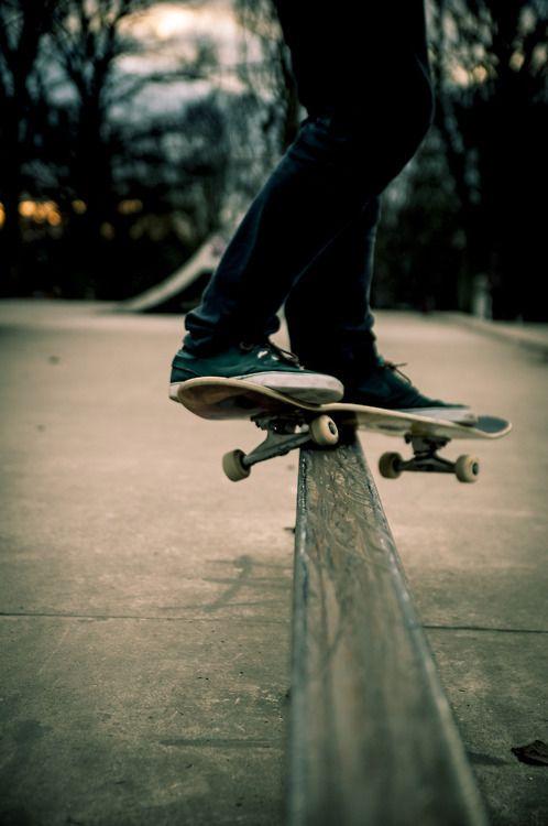 細い場所を滑るスケートボード