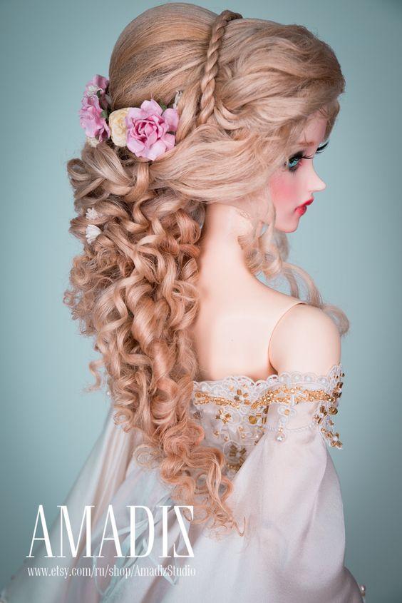 Dieses Produkt hat einen Rabatt von $10 auf unserer Website - http://amadiz-studio.com/  Natürliche Leicester-Schaf benutzerdefinierte Perücke. Für Bestellung verfügbar.  Luxus-Frisur im griechischen Stil der üppige blonde Haare mit langen locken, Zöpfe und vielen Blumen. Blumen sind abnehmbar. Blüten enthalten.  Die Perücke hat eine elastische Kappe der weißen Farbe mit einem Gummiband, dass du eine Silikonkappe nicht. ~ Unsere Perücken sind vielseitig, sie eignen sich für viele Puppen mit…