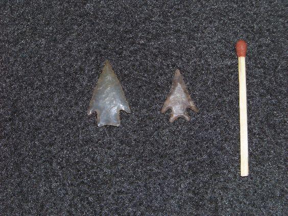 Muy pequeñas y magníficas puntas de flecha de la etnia Tehuelche, halladas en cercanías de Comodoro Rivadavia (Argentina). ¿Para juego de niños?