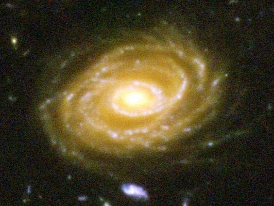 Aqui temos uma das galáxias retratadas, UDF 423. Essa galáxia está a 10 BILHÕES de ano-luz. Quando você olha para essa imagem, está olhando para bilhões de anos no passado.