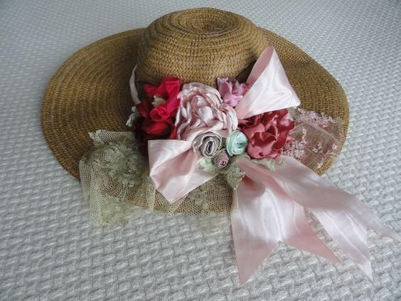 Chapéus de palha com flores de tecido