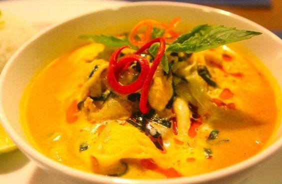 Cà ri Khmer cũng sử dụng các loại gia vị ở dạng lỏng hay được nghiền nát