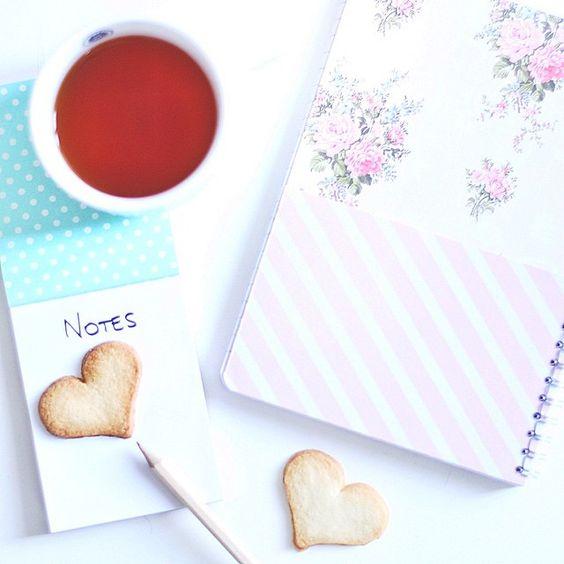 «Prendre des petits notes pour le futur projet qui commence à prendre forme, avec un bon thé  •  Carnet & bloc notes de la nouvelle collection Happy…»    @clairefontainep