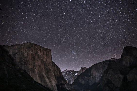 Vista nocturna en la montaña