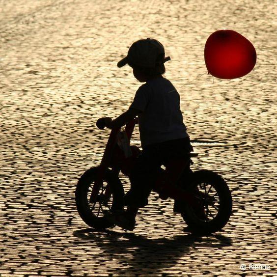 © Blende, Elke Münzel, kleiner Ballonfahrer | im Abendlicht auf dem Weimarer Marktplatz