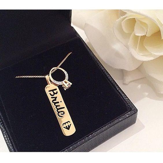"""""""Para fechar o dia com chave de ouro ✨ cordão especialmente para as noivinhas ❤️ Plaquinha bride + anel solitário! Muito joinha né?! Vendemos também a…"""""""