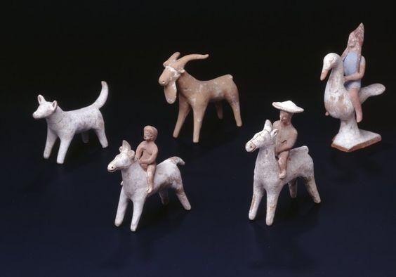 Een groep terracotta beeldjes, mogelijk speelgoed (?) Van ca. 500 voor Christus. Gevonden in Tanagra, Boeotia en momenteel in het British Museum.