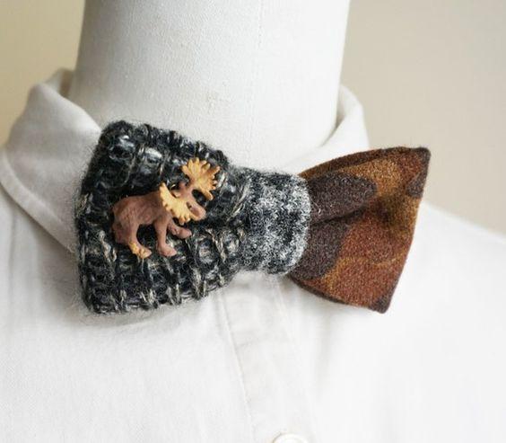 ニットとカモ柄のメルトン生地を組み合わせてチョウネクタイを作りました。ちっちゃく付いているのはムース。首回りのベルトにはネオンイエローのステッチを効かせていま...|ハンドメイド、手作り、手仕事品の通販・販売・購入ならCreema。