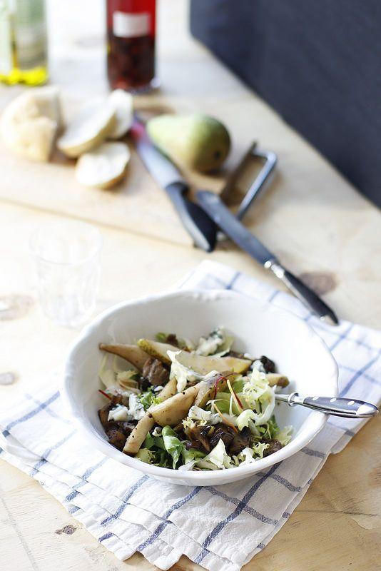Ensalada otoñal con hongos, peras y gorgonzola