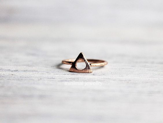 Ring aus Metall in rosegold mit Dreieck und ausgestochendem Kreis, vintage Ring als wunderschönes Accessoire / Ring made of metal in rose gold with triangle and cut-out circle, vintage ring as beautiful accessory by minimaljewellry via DaWanda.com