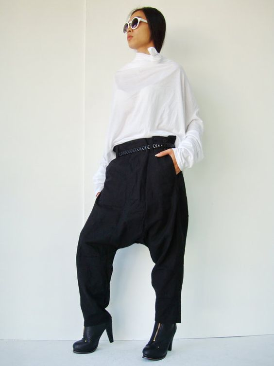 This crop pant is all about the detail! The pant leg features a patched work effect that adds en eyecatching design to the pants. An asymmetrical