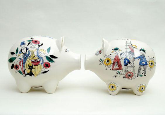 """En stor sparegris i klassisk """"Mann og dame """" design uten banknavn - stilt sammen med den fra Kredittkassen."""