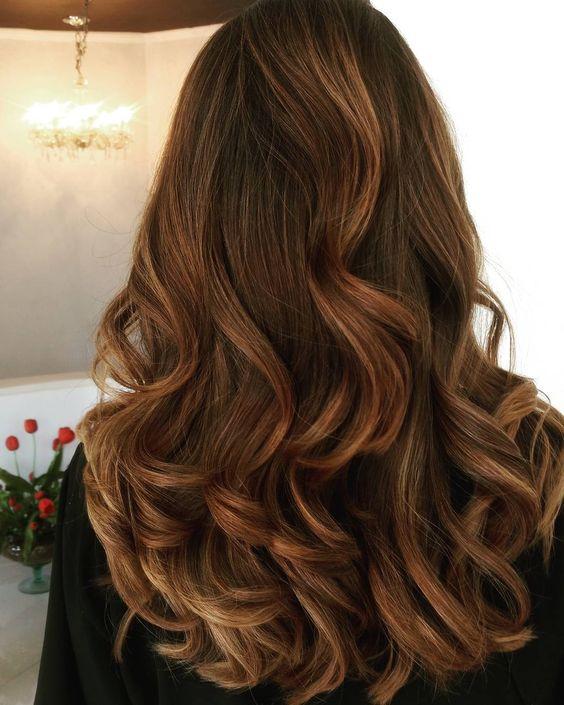 Conheça a técnica contour e aprenda a aplicá-la em diferentes tipos de cabelo. As mechas brincam com luz e sombra e realçam os principais traços do rosto.