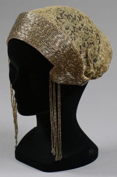 Coiffe brodée de sequins argent et dentelle or, vers 1920.