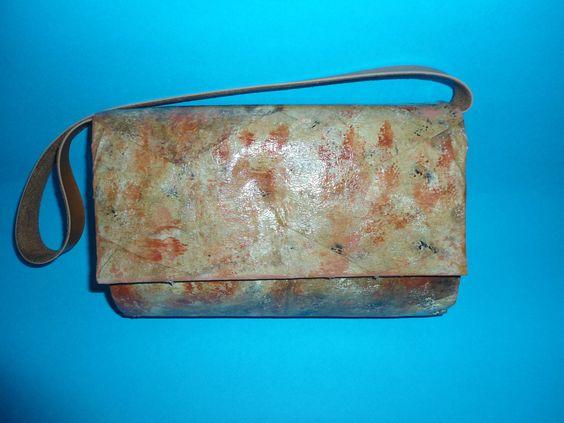 Bolsa confeccionada com caixa tetra pak e filtro de café com técnica de marmorização.