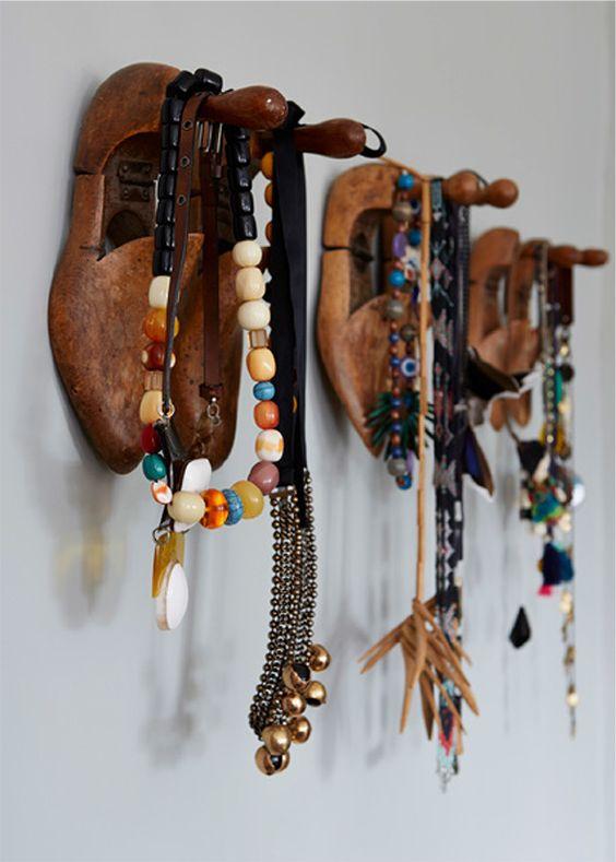 De vieux embauchoirs en bois comme porte-manteaux, c'est le pied ! / Wilcox Sussex home. / Via Est Magazine.