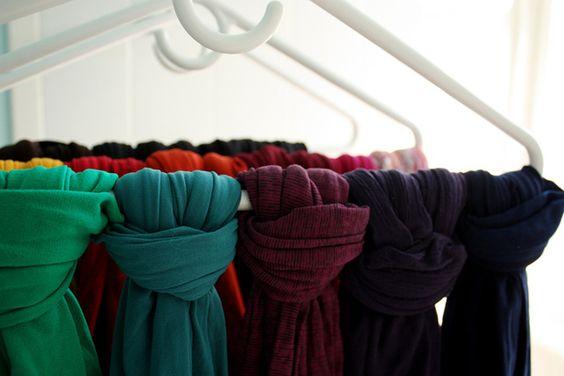 Nouez vos foulards et vos bas à des cintres pour les ranger facilement. | 23 astuces qui vont simplifier la vie de toutes les filles