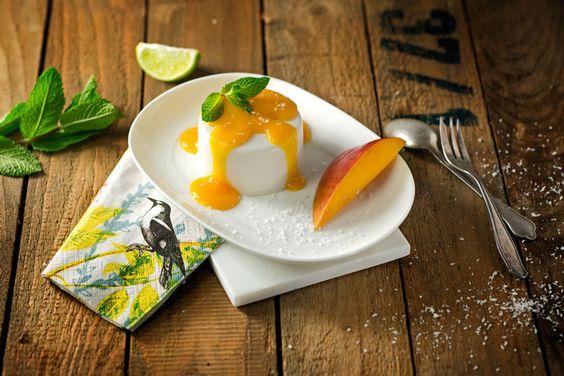 Die Kokos Panna Cotta kommt ganz ohne Rahm aus und wird durch das vegane Bindemittel Agar-Agar schön cremig. Ein Sommerdessert für jeden Anlass.