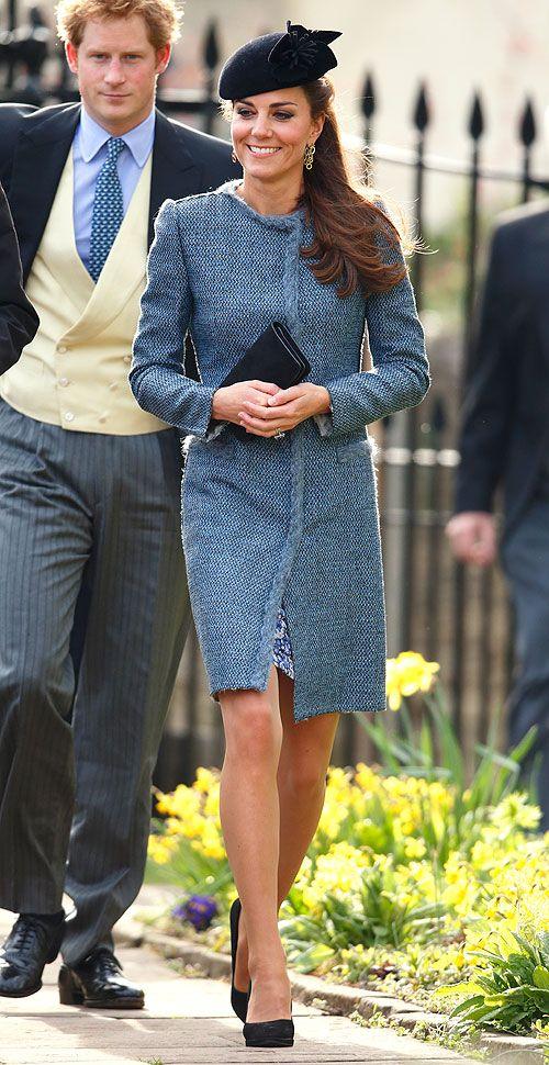 KATE MIDDLETON  La duquesa de Cambridge lució un abrigo M Missoni de tweed azul sobre un vestido estampado, un clutch azul marino de Mulberr...