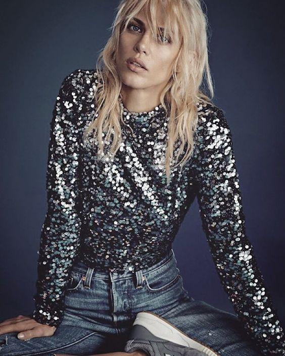Pull à sequins, jean bleu et baskets : le look glitter et casual de la top model Aymeline Valade à shopper >> http://www.taaora.fr/blog/post/pull-sequins-paillettes-jean-bleu-baskets-tenue-mannequin-aymeline-valade: