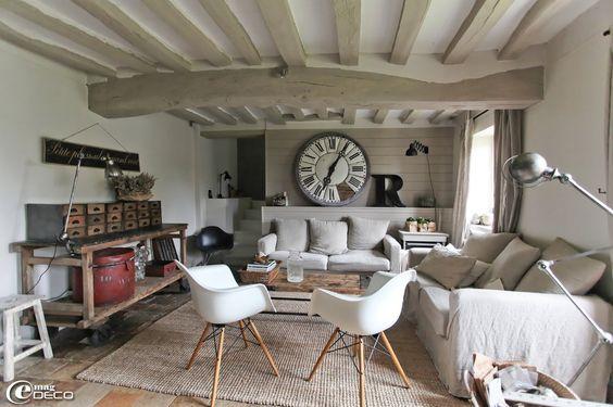 intérieur paré de blanc, de gris et décoré dans un style industriel et vintage