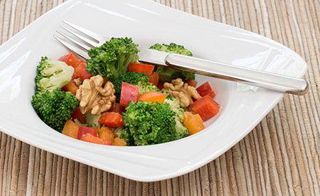 Salat aus Broccoli und Walnüssen  Ein ganz besonderer Salat, der im Nu zubereitet ist und direkt aus dem Mixer kommt. (Zentrum der Gesundheit) © ZDG #broccoli #brokkoli #gesundheit #rezept #vegan #salat #walnuss