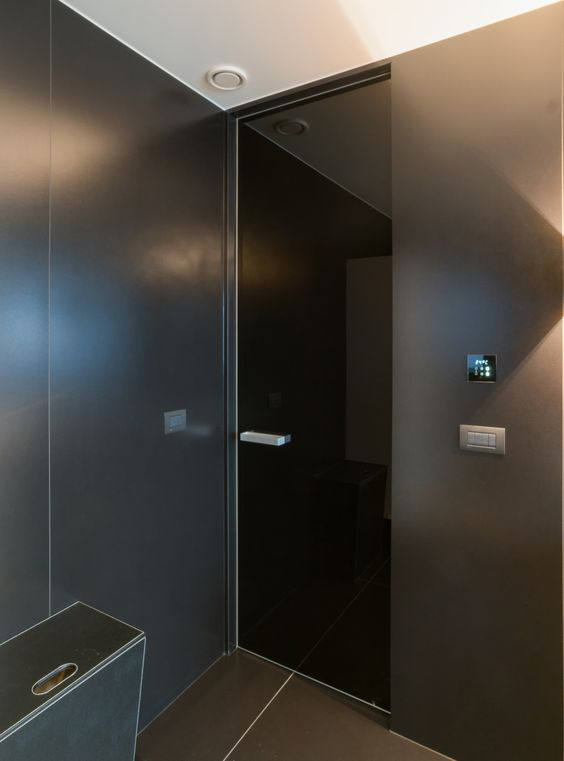 zwarte glazen deur met onzichtbaar kozijn
