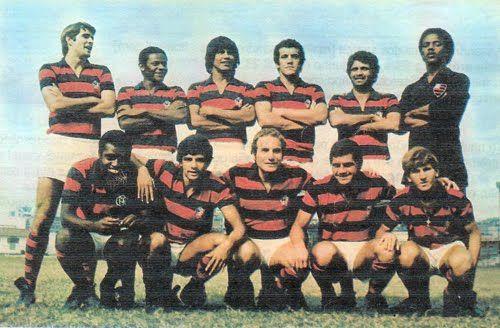 Flamengo 71 Em pé: Chiquinho, Rodrigues Neto, Reyes, Onça, Paulo Henrique e Ubirajara Alcântara;  Agachados: Fio Maravilha, Zé Eduardo, Samarone, Cabralzinho e Zico.: